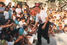 Il Mago Sales con i bambini di strada