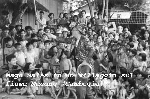 Mago Sales in un villaggio sul fiume Mecong