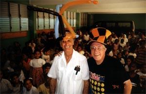 Mago Sales con don Ghetti nella parrocchia di Cristo Rey