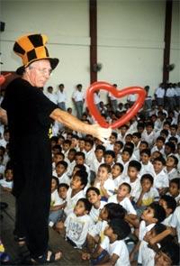 San Salvador - Mago Sales con i bimbi cintadela Don Bosco